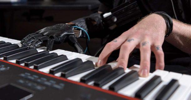 Un musicien amputé rejoue du piano grâce à une prothèse innovante !